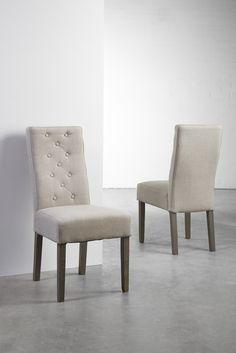 Marlena  stol - Lækker polstret spisebordsstol med beige betræk. Denne flotte spisebordsstol har et grovvævet stof, som giver et lidt rustikt, men romantisk look og benene er i røgfarvet eg. Der er fine detaljer med knapper i ryglænet, som giver stolen kant og charme. Perfekt til den lyst indrettede spisestue med et romantisk twist.