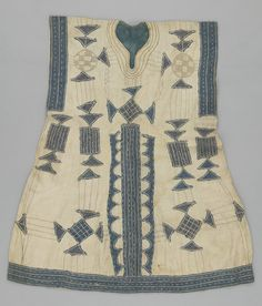 Africa | Liberia | Tunic |  20th century | L 96 cm x W 62 cm | Cotton | Plain woven; embroidered; hand-sewn