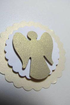 Lindas tag confeccionadas em papel metalizado com técnica de scrapbook. O primeiro escalope é em papel metalizado em tom bege, o segundo escalope é em papel de scrap branco e o anjo colado em relevo é em papel ouro metalizado. Podem ser coladas em latinhas, tubetes, convites e onde mais a sua imaginação permitir. Pedido mínimo 20 tags! R$ 0,90