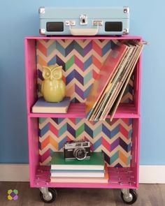 A fun DIY twist on a classic piece.A fun DIY twist on a classic piece. This DIY Turns Wall Art Into A TableDIY Schreibtisch für Home Office Diy Furniture Videos, Diy Furniture Easy, Diy Furniture Projects, Diy Pallet Projects, Furniture Decor, Furniture Market, Recycling Projects, Recycled Furniture, Pallet Ideas