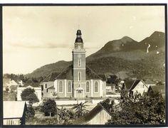 Igreja entre o fim da década de 30 e início de 40, com a torre de 35 metros sem o sino e o relógio (Ehrenfried Waidner /Antigamente em Jaraguá)