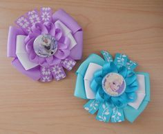 Two beautiful hair bows with popular kids characters! School? Birthday Party? This hair bow set can be our solution! Inspired in Olaf, this hair bow is purple and white while Elsa's bow is aqua and wh