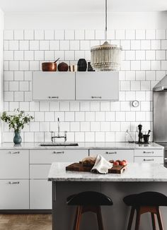 The tiles cover the entire kitchen wall, which also looks great. Beautiful living kitchen - via Coco Lapine Design New Kitchen, Kitchen Dining, Kitchen Decor, Dining Room, Stylish Kitchen, Kitchen Ideas, Cocinas Kitchen, Decoration Inspiration, Scandinavian Kitchen