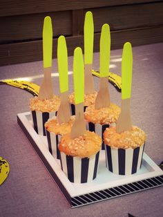 Muffins et ses toppers fourchettes customisées en jaune fluo. #banana #pois #party #anniversaire #banane #bananaparty #birthday #fete #rosecaramelle #sweetable #candybar #diy #fluo #neon #fourchettesbois #woodforks www.rosecaramelle.fr Banana Party, Muffins, Decoration, Cake, Desserts, Diy, Food, Forks, Banana