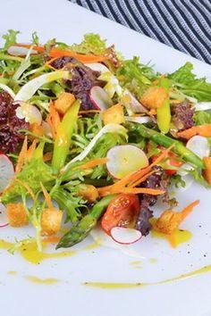 Ανάμεικτη σαλάτα με σπαράγγια, ντοματίνια και φινόκιο