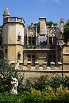 Hôtel de Cluny, 6 Place Paul Painlevé, Paris V -nel quartiere latino di Parigi, è un hotel particulier del XV secolo che ospita dal 1843 il Museo nazionale del Medioevo.