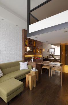 雖然坪數只有9坪,但是客廳深度多達3米6,這是一個頗為有利的條件。設計師建議屋主不需購買茶几,留下客廳的空間來從事喜愛的瑜珈運動。桌子選用可以自由伸展的設計,最多能容納4~5個人的空間。