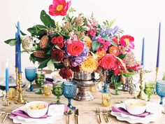 Love how full this centerpiece is. Would prefer a vessel lower to the surface of the table.