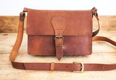 Mens messenger bag. Cowhide leather handbag Satchel style made in 100% vegetable tanned leather. Medium size. With compartment inside. Buckle closure.