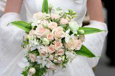 Znalezione obrazy dla zapytania wiązanki ślubne Wedding Bouquets, Wedding Dresses, Peach Colors, Floral Wreath, Wedding Day, Wreaths, Table Decorations, Beautiful, Flowers