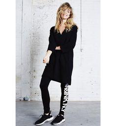 Penn & Ink legging met tekst print op de linker pijp. Deze legging is gemaakt van zacht matieriaal en heeft een elastische band in de taille. 95% polyamide, 5% elasthan