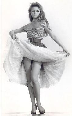 (*) Brigitte Bardot. !956