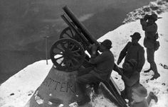 Italian anti aircraft battery , served by a group of Alpini ( mountain troops) on the Alps. WW 1. Foto Alinari.