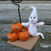 Halloween pumpkins and ghosts, Polymer Clay Halloween, Bricolage Halloween, Adornos Halloween, Polymer Clay Figures, Cute Polymer Clay, Cute Clay, Fimo Clay, Polymer Clay Projects, Halloween Torte