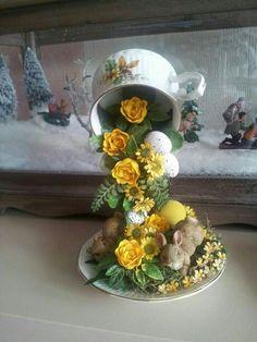 Adorno con taza y plato detalles con un conejo de pascua