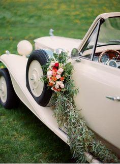 décoration voiture mariage rétro en bouquet de roses et branchettes de saule