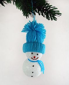 Snehuliačik s čapicou Snowmen with blue cap Snowmen, Crochet Hats, Cap, Christmas Ornaments, Holiday Decor, Blue, Home Decor, Knitting Hats, Baseball Hat