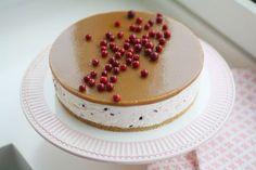 Ihanaa, puolukat ovat täällä! Älkää ihmeessä väheksykö puolukan käyttömahdollisuuksia: tuosta kirpsakasta marjasta voi tehdä visparin lisäksi puolukkamehua, jäädykettä, puolukka-toscapiirakkaa sekä vaikka puolukkajuustokakkua. Fancy Cakes, Mini Cakes, Charlotte Cake, Crepe Cake, Just Eat It, Buttercream Cake, Cakes And More, Yummy Cakes, Cake Decorating