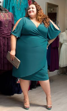 """Kiyonna Wholesale Manager Vannessa (3x, 5'8"""") looks too cute in our plus size Serena Cold Shoulder Dress.  A classic nude peep-toe with added color and a chic clutch make this a date-ready look.  #KiyonnaPlusYou #Plussize #Kiyonna"""