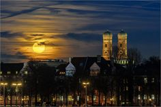 Moon shines on the Frauenkirche München...