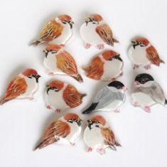 手作りの雀と文鳥のブローチです。サイズ 約2cm~3cm素材 プラスチック(コーティング済)金具部分 ゴールド(メッキ加工)|ハンドメイド、手作り、手仕事品の通販・販売・購入ならCreema。