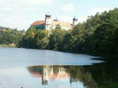 El lago bajo el castillo