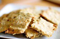 Crackers van amandelmeel (koolhydraatarm). Ingrediënten: • 125 gram amandelmeel • 25 gram Gebroken lijnzaad • 1 Ei • 1 eetlepel olijfolie • 1 eetlepel groene pesto • 2 zongedroogde tomaatjes • 1 theelepel knoflookpoeder • 1/2 theelepel peper • 10 gram parmezaanse kaas