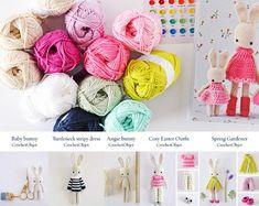 Die Angie Bunny Komplettsatz - A DIY Kit für die Herstellung einer Familie von Hasen. Sie erhalten alles, musst du eine Familie von 3 Angie Hasen und 2 Baby Hasen häkeln.  Diese Angie-Hase-Kit ist für:  • 5 Häkelanleitungen wie folgt: Angie-Bunny Baby-Bunny Frühling-Gärtner Gemütliche Ostern Outfit Gestreifte Kleid Rollkragen  • Oma Kit Baumwollgarn: 12 Kugeln mit den folgenden Farben: 3 Kugeln aus Sand und 1 Ball der einzelnen: Spitze, Fuchsia, Salbei, Seafoam, Marine, Rose, Babyrosa, lila…