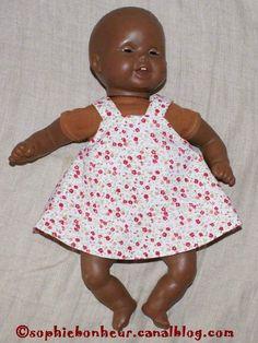 Malgré l'importance de la garde robe de leurs poupées, mes puces trouvaient qu'il en manquait encore... Des envies de robes toutes simples...