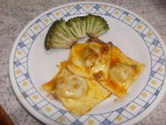 Massa: - 1 kg de farinha trigo - 3 ovos inteiros - Pitada de sal (a gosto) - 1 colher de óleo - Água morna até dar ponto. - Molho: - 1 kg de coxinha de asa ou cocha e sobre coxas - 1 cebola grande - 5 dentes de alho - 2 tomates - Molho de tomate - Óleo para refogar - Ervas a gosto - Recheio: - 1 abóbora cabotia ou moranga madura - 200 g de queijo ralado - 500 g farinha de rosca - Noz-moscada ralada (a gosto) - Sal e açúcar a gosto -