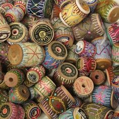 Things you can make with old wooden thread spools: sewing spool crafts. Textiles, Craft Projects, Sewing Projects, Wooden Spools, Wooden Spool Crafts, Primitive Crafts, Penny Rugs, Wool Applique, Fabric Art