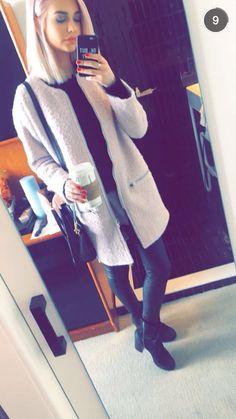 Amanda Steele com look de inverno simples e estiloso . Casaco longo bege com calça e blusa preta.
