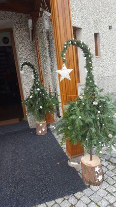 Christmas Planters, Christmas Garden, Christmas Porch, Outdoor Christmas Decorations, Rustic Christmas, Christmas Projects, Simple Christmas, Beautiful Christmas, Christmas Wreaths