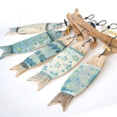 Fonte : www.pinterest.com , Salvo de Costal Homes.                                                                                                                                                                                 Mais Driftwood Art, Painted Driftwood, Ceramic Pottery, Ceramic Clay, Fish Crafts, Beach Crafts, Clay Crafts, Clay Fish, Creta