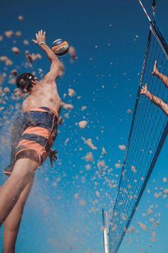 Einfach ein großartiges Bild - selbst der Ball steht perfekt  An dieser Stelle ein feeeeeeettes Dankeschön an unseren Skaterboy und vor allem SUNSATION Beach Fotografen Andreas Dahl aka Zlatan der uns mehr sunsational pics liefert als wir jemals posten können! Was wiederum auch etwas gemein ist...  #theperfectpic #youaresunsational #sunsationbeach #picoftheday