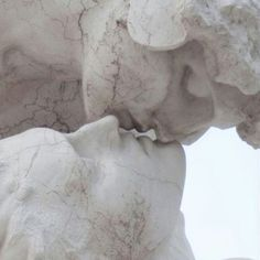 the kiss _______ art / kiss / statue / minimalism The Secret History, White Aesthetic, Aesthetic Grunge, Oeuvre D'art, Les Oeuvres, Art Inspo, Artsy, Drawings, Photography