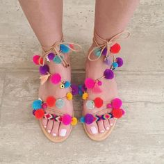 DIY pom-pom sandals now on the blog! Follow this 7 easy steps to create this season must have❤️! Direct link in Bio ❗️ #diy #pompom
