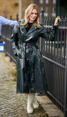 Vinyl Raincoat, Pvc Raincoat, Rain Bonnet, Celebrity Boots, Rain Fashion, Wellies Rain Boots, Rain Cape, Rubber Raincoats, Langer Mantel