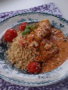 Tomat- och basilikakyckling | en smaksak Halloumi, Deli, Pesto, Grains, Dinner Recipes, Rice, Yummy Food, Chicken, Corner