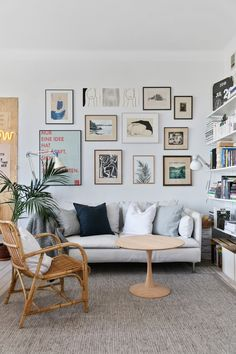 Un appartement chaleureux - Lili in wonderland Cozy apartment - Lili in wonderland Wall Art Decor, Room Decor, Gravity Home, Vintage Industrial Decor, Cozy Apartment, Living Room Remodel, Living Spaces, Small Living, Gallery Wall