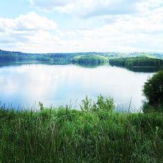 БЛОГИНГ | ПРОДВИЖЕНИЕ БЛОГА в Instagram: «В последнее время все больше балдею от озер и зеленой местности. Это польская деревушка Полянчик. Случайно свернули с дороги и попали сюда.…» River, Mountains, Nature, Outdoor, Outdoors, Naturaleza, Outdoor Games, Nature Illustration, The Great Outdoors