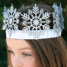 I want to do this for our Winter Wonderland theme and I want to be a Snow Queen! DIY Snowflake crown for Snow Princess Halloween Costume.This is a great idea. Winter Birthday, Frozen Birthday Party, Frozen Party, Birthday Parties, Birthday Ideas, Birthday Crowns, Diy Birthday, Disney Diy, Frozen Disney