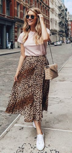 You know, animal prints are always important for fashion world. And designers like to use it in any piece of clothes. However, this midi leopard print skirt Look Fashion, Trendy Fashion, Fashion Models, Spring Fashion, Womens Fashion, Fashion Trends, Feminine Fashion, Winter Fashion, Ladies Fashion