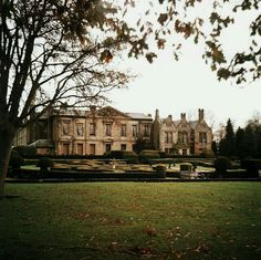 Grand old house! If I had this house, oh how I would love to have it always full of family and friends!!!