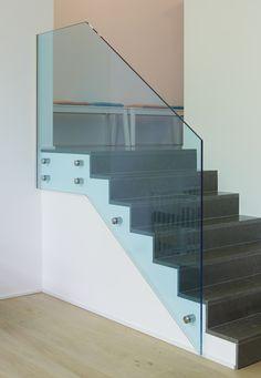 Garde-corps en verre feuilleté trempé clair avec film coloré bleu VANCEVA. Design et pose réalisée par Vitralux Bradtke.