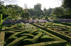 Knot gardens differ from parterre. Topiary Garden, Topiaries, English Garden Design, Days Out With Kids, Herbaceous Border, Garden Pictures, Garden Inspiration, Garden Ideas, Hedges