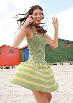 Grün-gelbes Kleid mit Streifenrock Tasche selber stricken mit einer Strickanleitung aus Rebecca- mein Strickmagazin und dem ggh-Garn LINOVA (74% Baumwolle / 26% Leinen). Garnpaket zu Modell 25 aus Rebecca Nr. 54