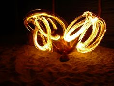 Feuershow auf den Fidschi-Inseln #reisen #urlaub #feuer #feuershow #tradition #entdecken #strand #inselparadies #kulturen