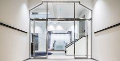 Casper Schwarz Architects project Jones Day Amsterdam, Classic modern interior design, entrance, reception, steel frames