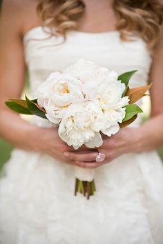 <3 PEONIES (Florals: Poppy Lane Design) - Peaches & Cream Inspiration by BRC Photography - via Magnolia Rouge